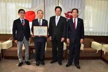 防犯カメラ感謝状 贈呈(澤田市長と一緒に)